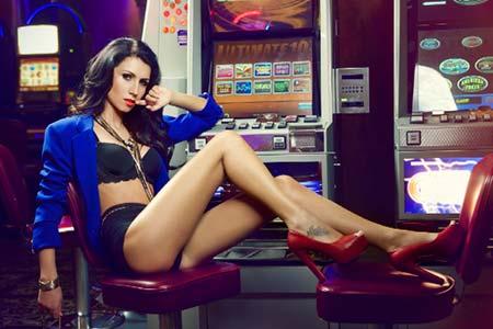 Las crupieres en vivo de mBit Casino posan para una sesión fotográfica en lencería